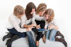 年轻女性和片剂个人计算机 库存图片