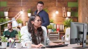 女性和男性同事谈话在一个新的项目 股票视频
