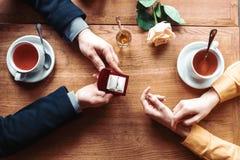 女性和男性手有婚戒顶视图 免版税库存照片