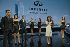女性和男性时装模特儿在Infiniti摊  免版税库存图片