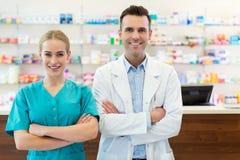 女性和男性药剂师 免版税库存照片