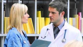 女性和男性医生谈话在医院英尺长度 影视素材
