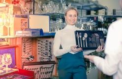 女性售货员提供的利器 免版税库存照片