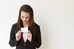 女性商业主管画象与手藏品和神色的 免版税库存图片