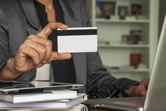 女性商人为网上购买使用信用卡 库存照片