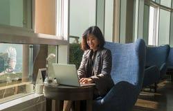 女性商人在办公计算机工作 库存图片
