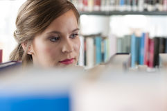 女性图书馆学员 免版税库存图片