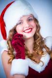 女性圣诞老人享受多雪的圣诞节的和蜂窝电话 免版税库存图片