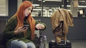女性在夜机场等待被延迟的飞行 股票录像