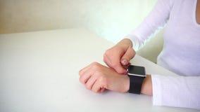 女性在手边被投入的测试巧妙的手表 影视素材