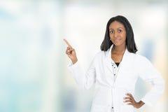 女性在拷贝空间的医生医疗专业指向的手指 免版税库存照片