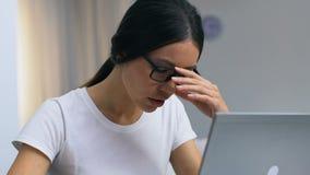 女性在眼睛和头疼,医疗保健的自由职业者运作的和遭受的痛苦 影视素材