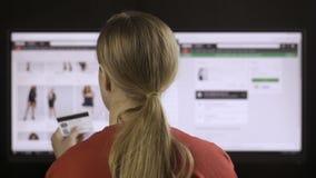 女性在计算机上的浏览衣物网上商店 股票录像