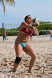 女性在迈阿密打沙滩排球提取比赛  免版税库存图片