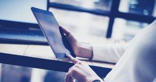 女性在黑片剂的手感人的按钮特写镜头视图在木书桌 概念年轻商人使用 免版税库存图片