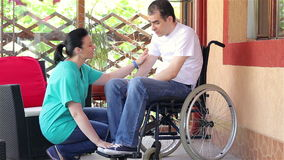 女性坐在轮椅的护士可安慰的哀伤的人 影视素材