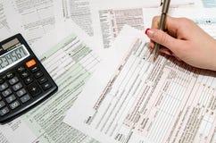 女性填装的报税表1040 免版税库存图片