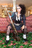 女性处理程序steampunk武器 免版税库存照片