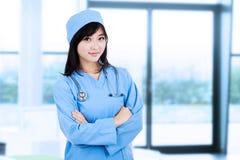 年轻女性外科医生 免版税图库摄影