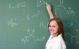 女性大学生礼物在实验室 免版税库存照片