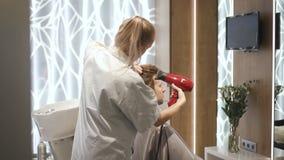 女性大师做时髦的时尚和有吸引力的发型给男性客户 影视素材