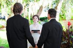 年轻女性大臣与快乐夫妇结婚 库存图片