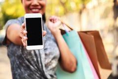 女性夫人与数字技术的Shopping Concept 在空白的黑屏幕上的选择聚焦拷贝空间的 库存图片