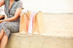 女性夫人Shopping Concept有拷贝空间背景 亚裔伙计女性顾客愉快的购物,在五颜六色的商店旁边的开会 免版税库存照片