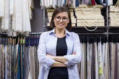 女性女推销员,室内设计师在陈列室里 免版税库存照片