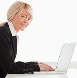 女性她的摆在专业人员的膝上型计算&# 免版税库存图片