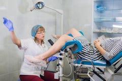 女性妇产科医师在考试期间在她的办公室 图库摄影