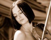 女性姿势小提琴手 免版税库存照片