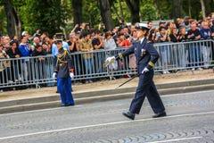 女性官员(污蔑)在法国国庆节期间,冠军Elysee大道仪式  库存图片