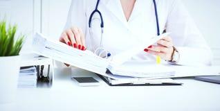 女性实习生或医生在办公室递搜寻耐心` s纪录 在医疗的行政工作 库存照片