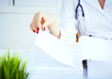 女性实习生或医生在办公室递搜寻耐心` s纪录 在医疗的行政工作 免版税库存照片