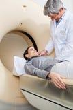 女性审阅CT扫描测试 库存图片