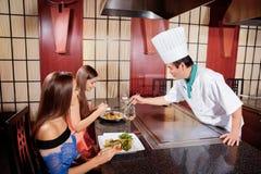女性客户在日本餐馆 免版税库存图片