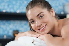 女性客户特写镜头温泉的在放松后面按摩期间 免版税图库摄影