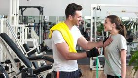 女性客户的健身教练员测量的腰部 股票视频
