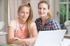 女性家庭有研究的家庭教师帮助的女孩画象使用La 库存图片