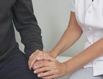 女性对困厄的患者的医疗保健工作者提供的舒适 免版税库存图片