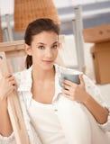 女性对年轻人的房子移动新的纵向 免版税库存照片