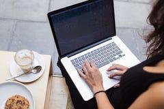 女性工作在与空白的拷贝空间屏幕的网书您的正文消息的或给概念做广告 库存图片