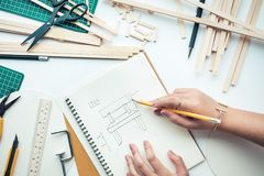 女性工作在有轻木材料的工作台 Diy,设计 免版税库存图片