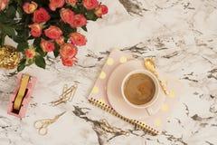 女性工作场所概念 在舱内甲板的自由职业者的工作区放置样式用咖啡、花,金黄菠萝,笔记本和纸夹 库存图片