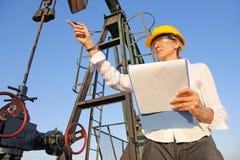 女性工程师在油田 免版税库存照片