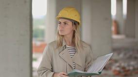 女性工程师是恼怒和生气读书建筑计划 免版税库存照片