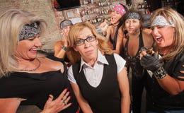 女性帮会嘲笑书呆子 免版税图库摄影