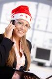 女性帽子办公室俏丽圣诞老人微笑的&# 免版税库存照片