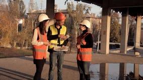 女性建筑师走向工地工作看他们的项目的建筑怎么进行和 股票录像